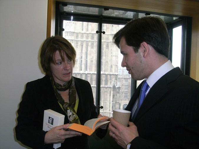 Mardi 30 mars 2009 - Londres, Chambre des Communes - Stéphane Jacquemet avec Caroline Spelman, future Ministre de l'agriculture et de l'environnement du gouvernement de David Cameron (2010-2012) – © Collection privée - DR.