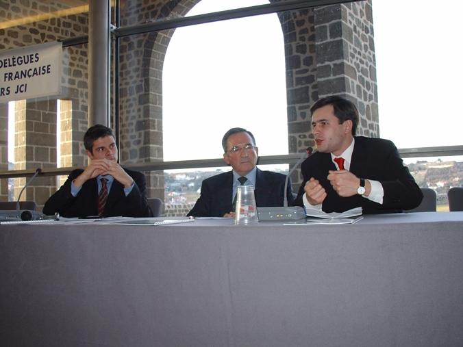 Vendredi 6 février 2004 - Le Puy-en-Velay - Stéphane Jacquemet intervenant à la tribune, aux côtés de Laurent Wauquiez (à gauche), futur Ministre de l'Enseignement Supérieur et de la Recherche, et de Louis Teyssier (au centre), Président du Comité d'Expansion Economique de la Haute-Loire, sur le sujet des Fonds d'Investissement de Proximité (FIP), à l'occasion de l'Assemblée générale annuelle et nationale de la Jeune Chambre Economique Française (JCEF) – © Collection privée - DR.