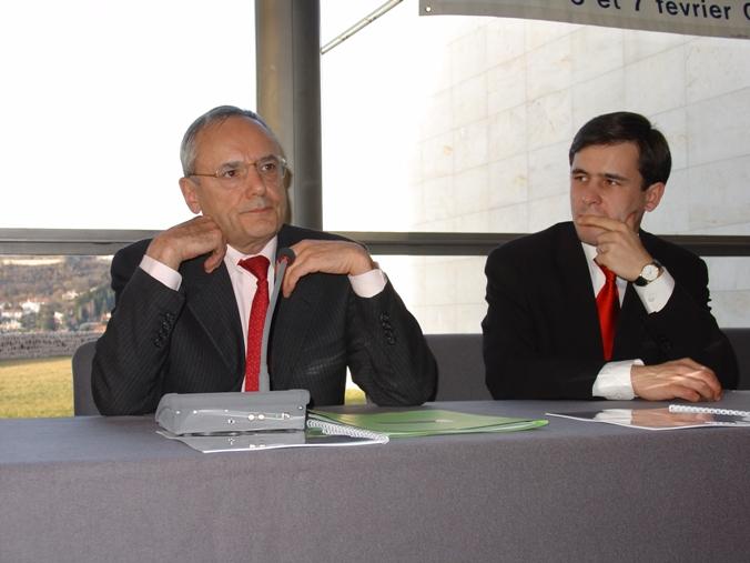 Vendredi 6 février 2004 - Le Puy-en-Velay - Stéphane Jacquemet avant son exposé sur les Fonds d'Investissement de Proximité (FIP), écoutant Jacques Barrot, ancien Ministre et futur Commissaire européen, à l'occasion de l'Assemblée générale annuelle et nationale de la Jeune Chambre Economique Française (JCEF) – © Collection privée - DR.