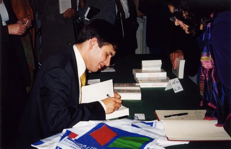 """Vendredi 28 septembre 2001- Saint-Etienne, le Grand Cercle - Stéphane Jacquemet à l'occasion de la séance de signature de son ouvrage """"L'audace économique"""" - © Collection privée - DR."""