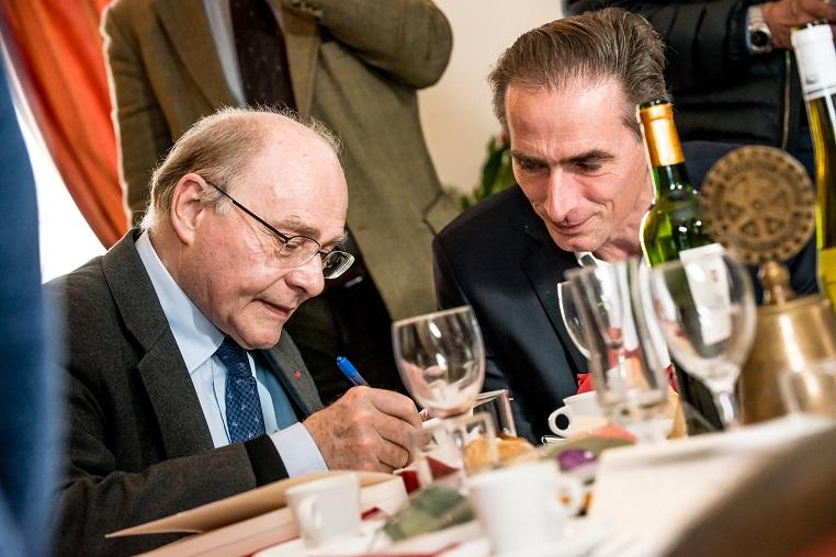 De gauche à droite : Alain Pompidou et Loïc Leprince-Ringuet - Débat « A la mémoire de nos mères » - 10 mars 2017 – Rotary Levallois - © Collection privée - Photographe : Edouard Meyer - Deyer Studio - DR.