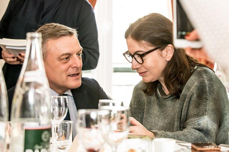 De gauche à droite : François-Xavier Bieuville et Anne Goscinny - Débat « A la mémoire de nos mères » - 10 mars 2017 – Rotary Levallois - © Collection privée - Photographe : Edouard Meyer - Deyer Studio - DR.