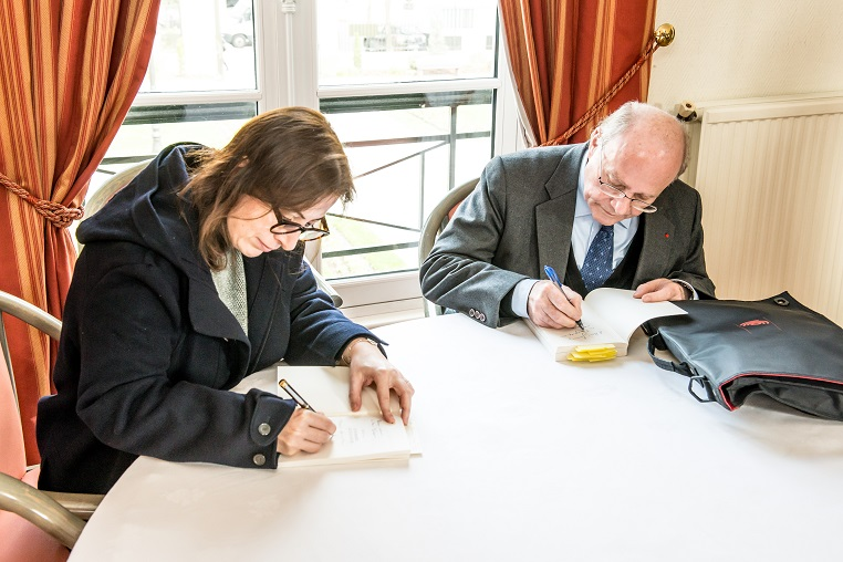 De gauche à droite : Anne Goscinny et Alain Pompidou - Débat « A la mémoire de nos mères » - 10 mars 2017 – Rotary Levallois - © Collection privée - Photographe : Edouard Meyer - Deyer Studio - DR.