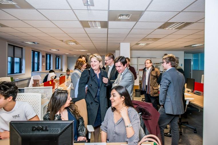 Au centre, de gauche à droite : Evelyne Platnic-Cohen (fondatrice de Booster Academy) et Stéphane Jacquemet (vice-président de Bee for Biz) - Visite de l'incubateur de start-up de l'ISC Paris - Débat #Ambition - 21 mars 2017 – Be(e) for Biz – Levallois – ISC Paris © Collection privée - Photographe : Edouard Meyer - Deyer Studio - DR.