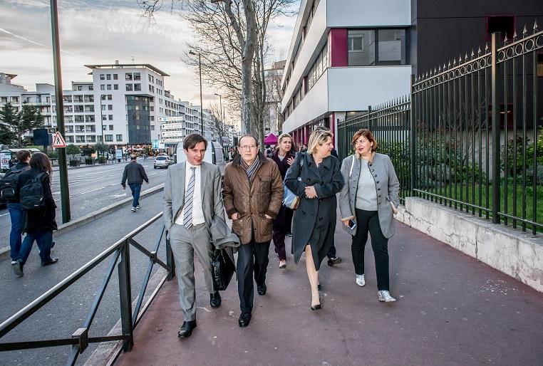 De gauche à droite : Stéphane Jacquemet (vice-président de Bee for Biz), Jean-Yves Cavallini (adjoint au maire de Levallois), Martine Verbrugghe (directeur des relations entreprises et alumni de l'ISC Paris Business School – à l'arrière-plan), Evelyne Platnic-Cohen (fondatrice de Booster Academy) et Sandra Le Grand (fondatrice de Kalidea) - Débat #Ambition - 21 mars 2017 – Be(e) for Biz – Levallois – ISC Paris © Collection privée - Photographe : Edouard Meyer - Deyer Studio - DR.