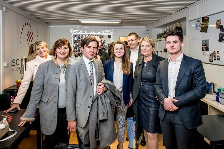 Visite d'ISC Network – De gauche à droite : Sandra Le Grand (fondatrice de Kalidea), Stéphane Jacquemet (vice-président de Bee for Biz), Aude Ainses (présidente 2016-2017 d'ISC Network), Pierre Barreaud (directeur des entreprises etudiantes et projets entrepreneurs à l'ISC Paris Business School), Evelyne Platnic-Cohen et Esteban Sanchez (président 2017-2018 d'ISC Network) - Débat #Ambition - 21 mars 2017 – Be(e) for Biz – Levallois – ISC Paris © Collection privée - Photographe : Edouard Meyer - Deyer Studio - DR.