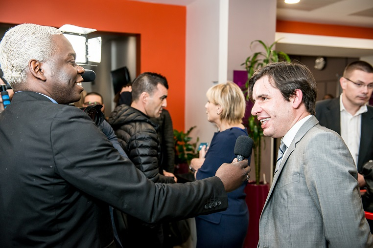 De gauche à droite : N'zo Okem (cofondateur de CM7 TV et N'zo Events) et Stéphane Jacquemet (vice-président de Bee for Biz) - Débat #Ambition - 21 mars 2017 – Be(e) for Biz – Levallois – ISC Paris © Collection privée - Photographe : Edouard Meyer - Deyer Studio - DR.