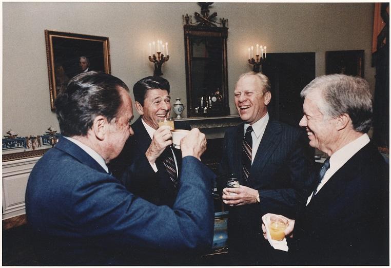 Les présidents Richard Nixon (républicain), Ronald Reagan (républicain), Gerald Ford (républicain) et Jimmy Carter (démocrate), le 11 octobre 1981 à la Maison Blanche.